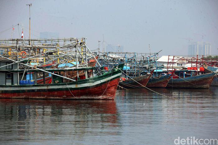 Kapal-kapal nelayan bersandar di Muara Angke, Rabu (12/6).