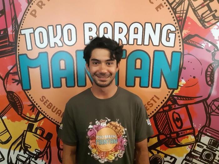 Reza Rahadian di film Toko Barang Mantan