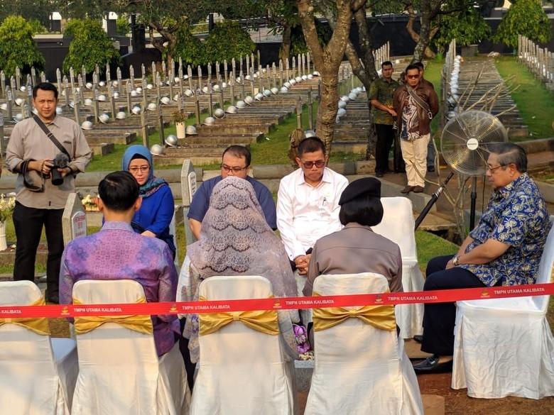 SBY Bareng Keluarga Ziarah ke Makam Ani Yudhoyono