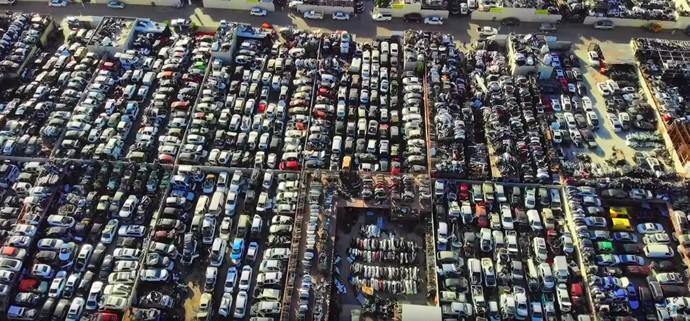 Melihat mobil mewah dengan harga miliaran berseliweran di jalanan Dubai tentu sudah menjadi pemandangan umum. Tak heran kalau di sana detikers juga bisa dengan mudah menemui kuburan bagi mobil-mobil miliaran itu.Foto: Screenshot Youtube Mohan Vlogz