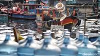 Tak cuma nelayan, sejumlah warga lainnya yang berprofesi sebagai penarik kapal penyeberangan atau pun membuka usaha toko dan lain sebagainya mulai kembali beraktivitas normal usai lebaran.