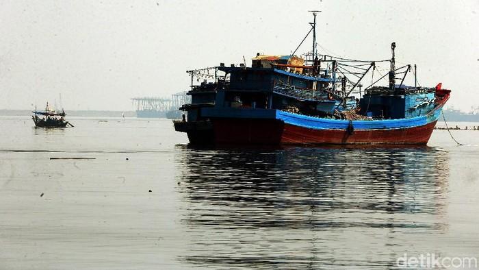Setelah liburan Lebaran, sebagian kapal-kapal nelayan di Muara Angke, Jakarta, mulai beraktivitas seperti biasa. Mereka mulai melaut untuk mencari ikan.