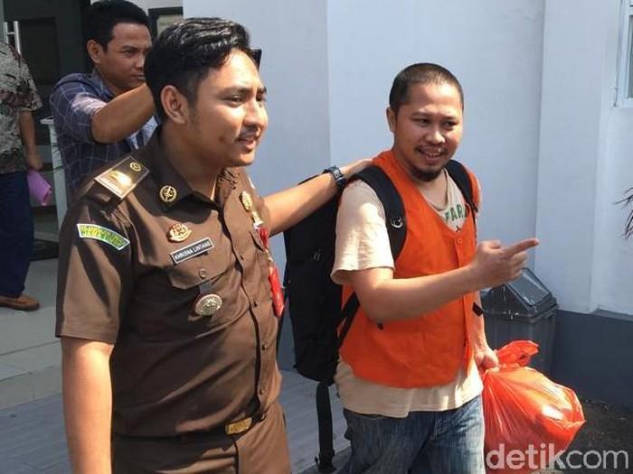 Pejabat Bulog Sub Divre Surabaya Selatan, Sigit Hendro ditahan/Foto: Enggran Eko Budianto