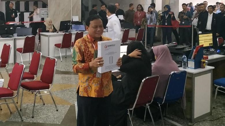 Bersama Ketua KPU, Bawaslu Serahkan Bukti Gugatan Pemilu ke MK