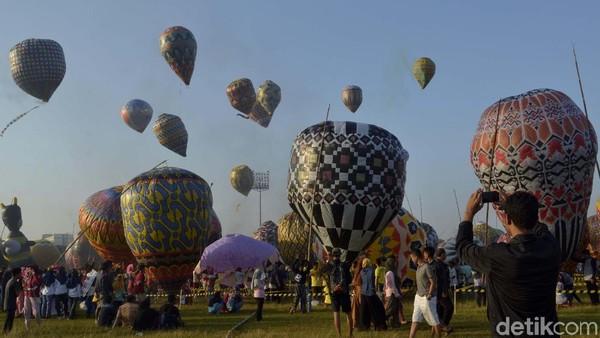 Tradisi Syawalan dengan menerbangkan balon udara tahun ini berbeda dengan tahun-tahun sebelumnya. Bila tahun sebelumnya balon diterbangkan liar, tahun ini balon udara ditambatkan dengan seutas tali 150 meter. (Robby Bernardi/detikcom)