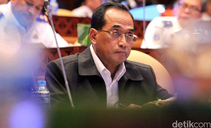 Menteri Perhubungan (Menhub) Budi Karya Sumadi hadir dalam rapat kerja bersama Komisi V DPR di Jakarta, Rabu (12/6/2019).