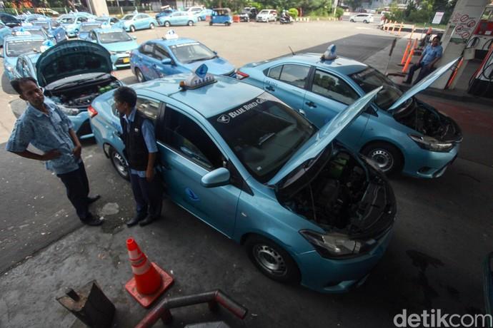 Sejumlah sopir taksi mengantre untuk mengisi bahan bakar gas di stasiun pengisian bahan bakar gas Mampang, Jakarta, Rabu (12/6/2019).