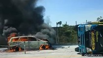 Mobil Terbakar di Tol Pandaan-Malang Usai Tabrak Truk Terguling