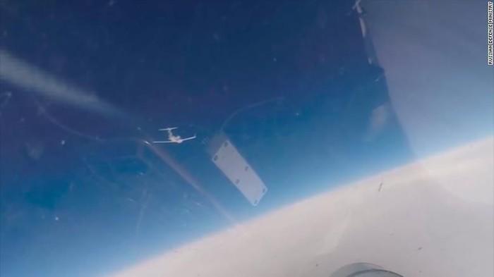 Momen saat jet tempur Rusia mencegat pesawat pengintai AS dan Swedia di atas Laut Baltik (Russian Defence Ministry via CNN)