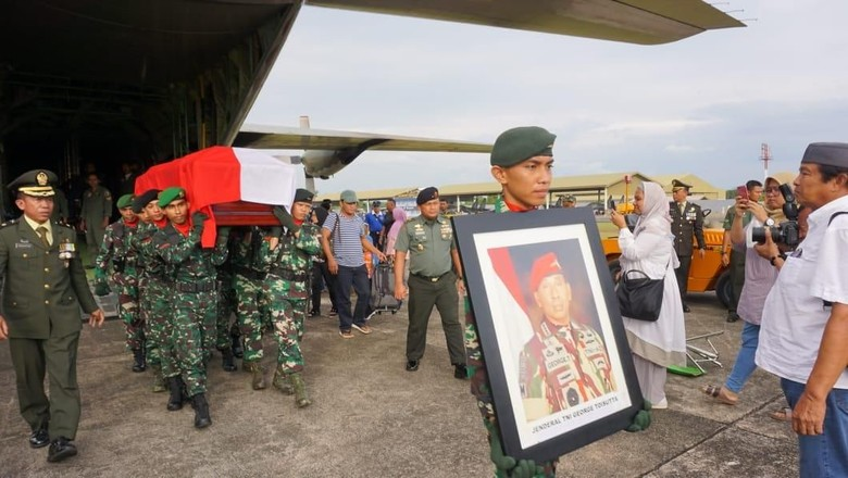 Jenazah Eks KSAD George Toisutta Tiba di Lanud Hasanuddin Makassar