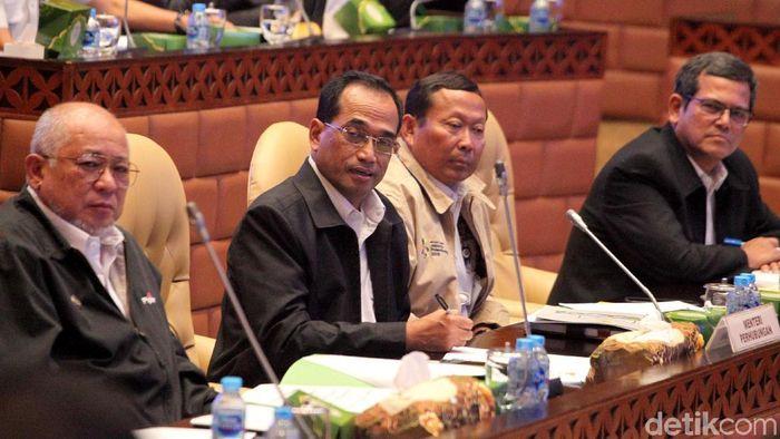 Menhub Budi Karya Sumadi rapat di komisi V DPR/Foto: Lamhot Aritonang