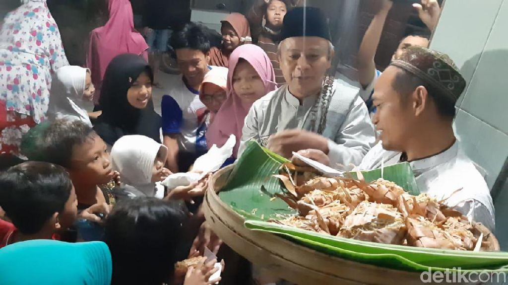 Berebut Kupat Jembut, Tradisi Unik Syawalan di Semarang