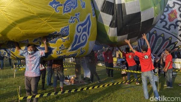Ukuran balon udaran berdiameter tidak lebih dari 4 meter dan tinggi 7 meter. Balon udara yang diterbangkan tidak boleh lebih dari 150 meter dan harus ditambatkan atau diikat. (Robby Bernardi/detikcom)