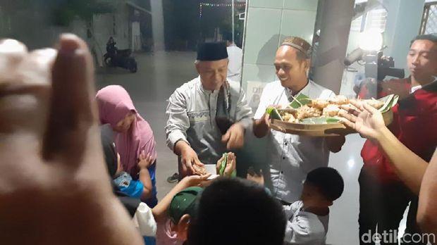 Tradisi berebut kupat jembut di Semarang.