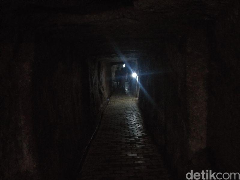 Di balik keelokan rimbun hamparan padang kebun teh yang dikelola PTPN IX, ada sebuah gua sepanjang 850 meter yang menembus perbukitan di tengah perkebunan yang berada di ketinggian di atas 1.500 mdpl ini. Gua itu digunakan sebagai tempat persembunyian tentara Jepang dari serangan musuh, kini disebut Gua Jepang (Idris/detikcom)