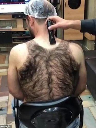 Pria yang Tubuhnya Penuh Bulu Ini Dicukur Hairstylist, Hasilnya Bikin Ngakak