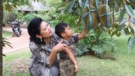 Momen Berkebun Mendiang Ibu Ani dan Resto Dengan Tetesan Darah