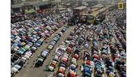 Para penilainya oleh fotografer ahli dan staf National Geographic. Di posisi ketiga dalam kategori Cities diraih oleh Sandipani Chattopadhyay dengan foto berjudul Streets of Dhaka (Sandipani Chattopadhyay/National Geographic/CNN)