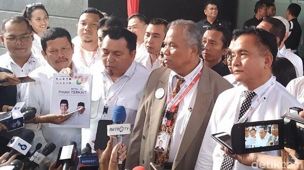 Tim hukum Jokowi-Ma'ruf Amin menyerahkan berkas jawaban dan bukti untuk menghadapi sidang gugatan hasil Pilpres 2019 di MK, Kamis (13/6/2019)
