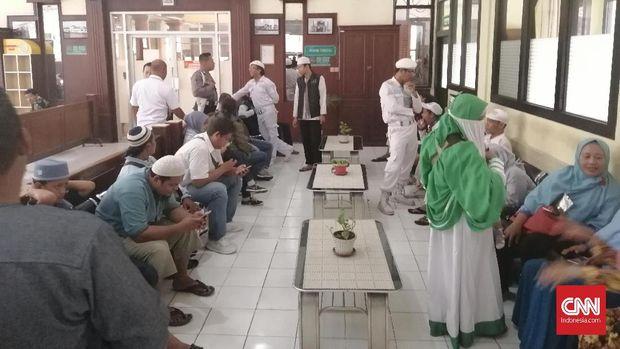 Massa FPI kawal sidang Gus Nur.
