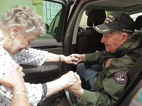 KT Robbins dan Jeannine Ganaye jatuh cinta saat Perang Dunia 2 bertemu lagi setelah 75 tahun.