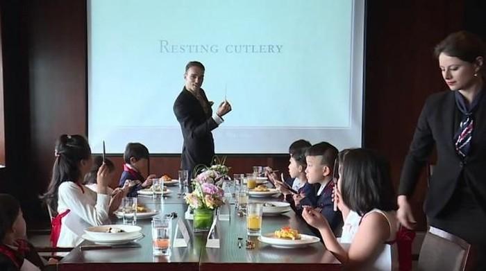 Kelas etiket milik Guillaume de Bernadac di Shanghai. Foto: YouTube/Next Shark