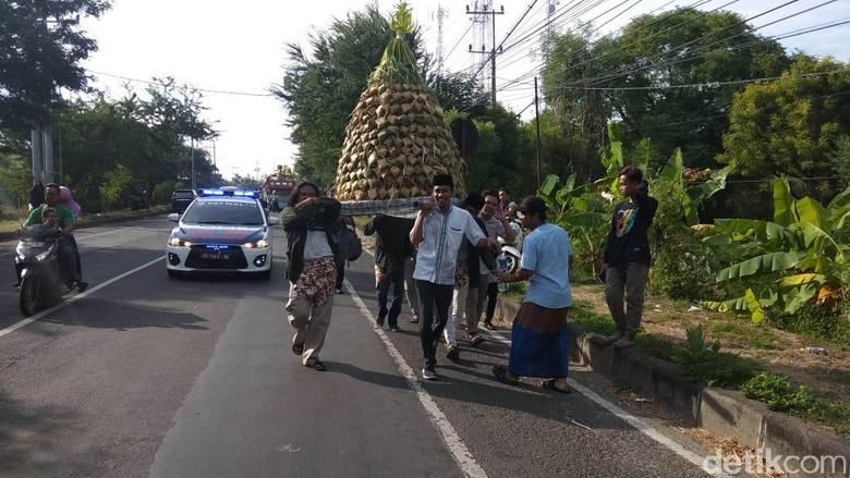 Tradisi Kupatan di Lamongan, Gunungan Ketupat Diarak ke Tanjung Kodok