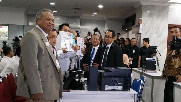 Tim hukum Jokowi menunjukkan berkas berisi bukti-bukti.
