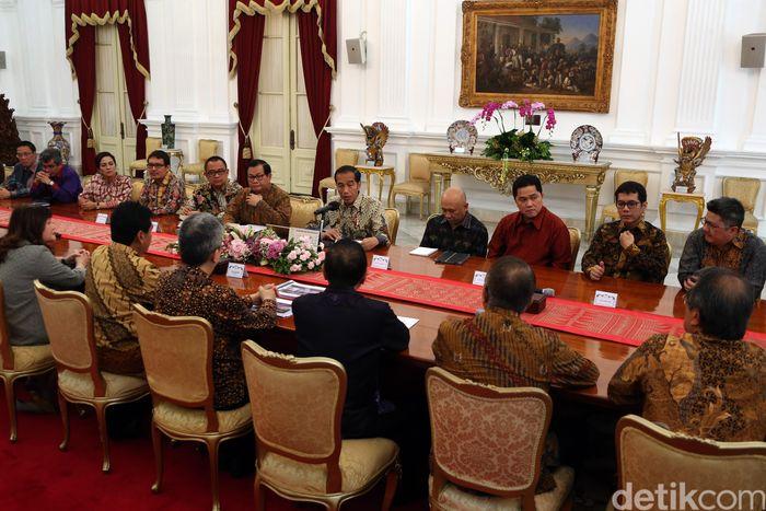 Joko Widodo (Jokowi) menerima Pengurus Asosiasi Pengusaha Indonesia (APINDO) di Istana Merdeka, Jakarta, Kamis (13/6/2019). Sejumlah pengusaha mulai dari Erick Thohir hingga Wishnutama nampak hadir dalam pertemuan tersebut.