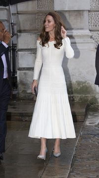 Kate Middleton Tampil Memesona, Pamer Bahu dengan Gaun Off-the-Shoulder