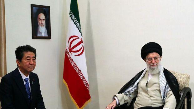 PM Jepang Shinzo Abe dan pemimpin tertinggi Iran Ayatollah Ali Khamenei