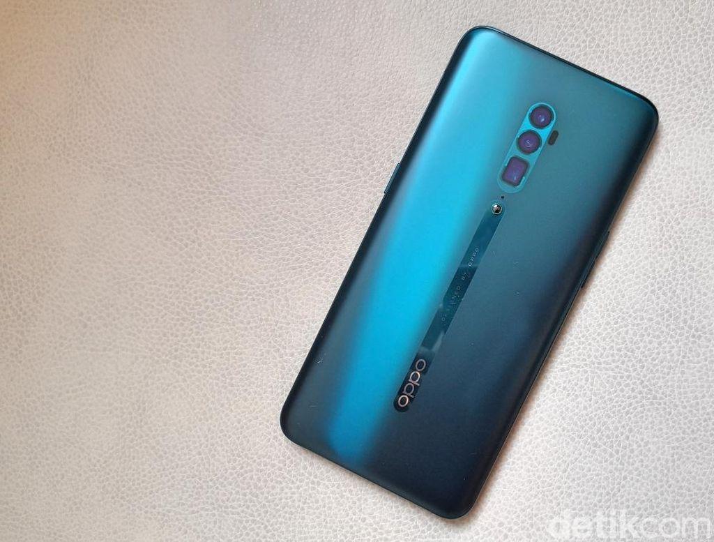 Akan ada dua versi Oppo Reno yang hadir di Indonesia, standar dan versi 10x Zoom. Ini adalah versi 10x Zoom yang desain miripnya Oppo Reno biasa. Tapi kamera Reno 10x Zoom ada tiga sedangkan yang standar dua saja. (Foto: detikINET/Fino Yurio Kristo)