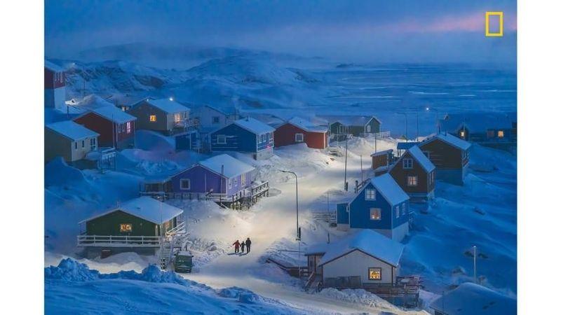Adalah Upernavik, sebuah desa nelayan sederhana yang berada di Greenland. Baru-baru ini, jepretan fotografer Chu Weimin bertma Greenlandic Winter yang berisi foto desa itu sukses membuatnya viral (National Geographic/CNN)