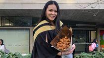 Rayakan Kelulusan, Mahasiswa Ini Diberi Buket Ayam Goreng Oleh Kekasihnya
