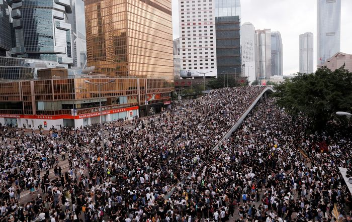 Warga Hong Kong ramai-ramai demo memprotes RUU ekstradisi pada Rabu (12/6). Pertokoan dan kantor-kantor tutup. Tyrone Siu/Reuters.