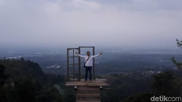 Yang paling menarik adalah adanya Bukit Bendil. Di lokasi paling tinggi ini dilengkapi pintu langit. Yaitu tempat selfie dengan pemandangan yang bisa langsung melihat Kota Surabaya, Sidoarjo, Pasuruan dan Malang sekaligus. (Budi Hartadi/detikcom)