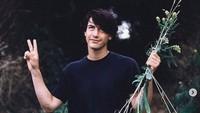 Tampaknya cuma Keanu saja yang berpose dengan tanaman namun tetap charming. Dok. Instagram