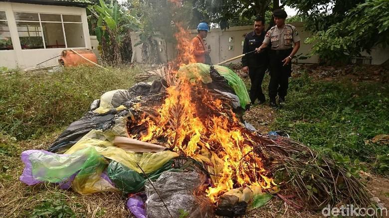 Puluhan Balon Udara Hasil Sitaan di Trenggalek Dimusnahkan