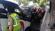 Pikap Tabrak Motor Matic dan MPV di Probolinggo, Ibu dan 2 Anak Kritis