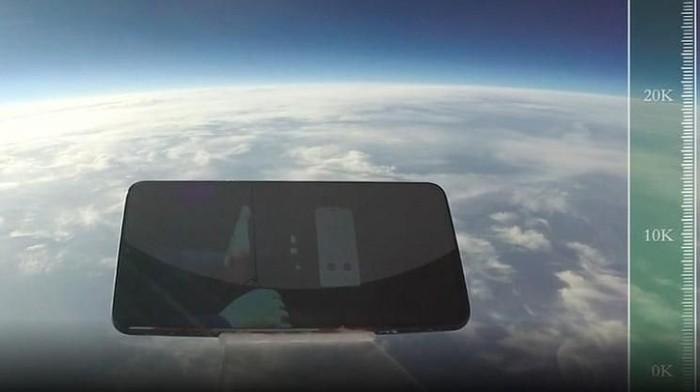 Ponsel iQOO terjun bebas dari ketinggian 31 ribu meter. (Foto: dok. Weibo/iQOO)