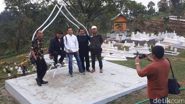 Pengunjung berfoto di wahana makam keluarga. (Budi Hartadi/detikcom)