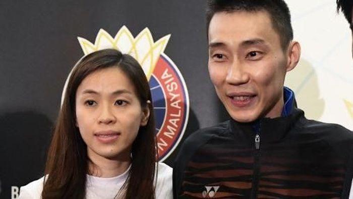 Lee Chong Wei didampingi istri saat konferensi pers pensiun. (Mohd RASFAN / AFP)