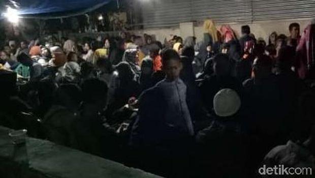 Antrean warga yang sempat menginap di sekolahan, Karanganyar.