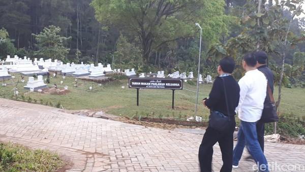 Sebagai wahana rekreasi, di dalam lokasi @pintulangit juga ada wahana edukasi berupa taman makam keluarga. Makam ini ini merupakan pemakan umum desa yang didesain sangat indah dilengkapi dengan toilet bersih, kantor makam serta lokasi ziarah. (Budi Hartadi/detikcom)