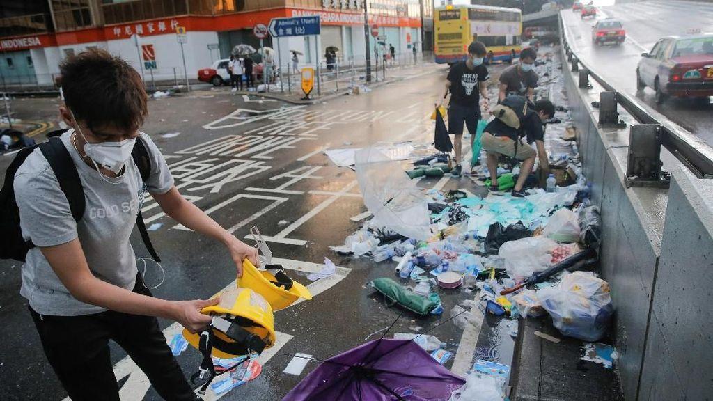 Warga Hong Kong Bersihkan Sampah Usai Aksi Protes RUU Ekstradisi