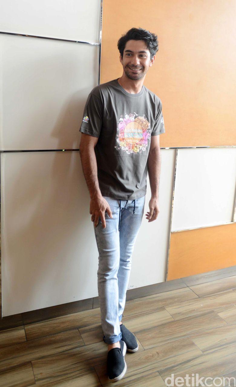 Reza tampil kasual dengan jeans dan kaus di acara tersebut.Pool/Ismail/detikFoto.