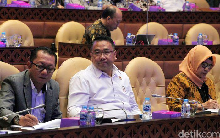 Menteri Desa, Pembangunan Daerah Tertinggal dan Transmigrasi (Mendes PDTT) Eko Putro Sandjojo menyambangi DPR, Jakarta, Kamis (13/6/2019).