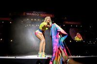 Taylor Swift memakai sneakers 'pelangi' Stella McCartney.