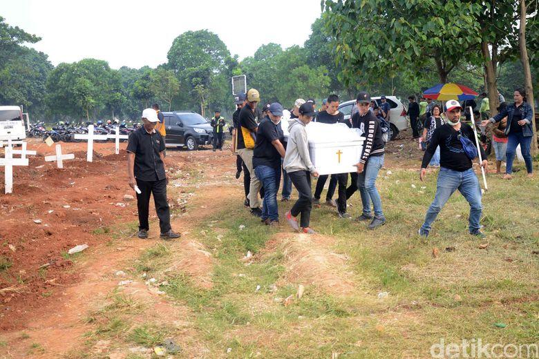 Robby Sugara dimakamkan di TPU Pondok Rangon, Jakarta Timur pada Jumat (14/6).Pool/Ismail/detikFoto.