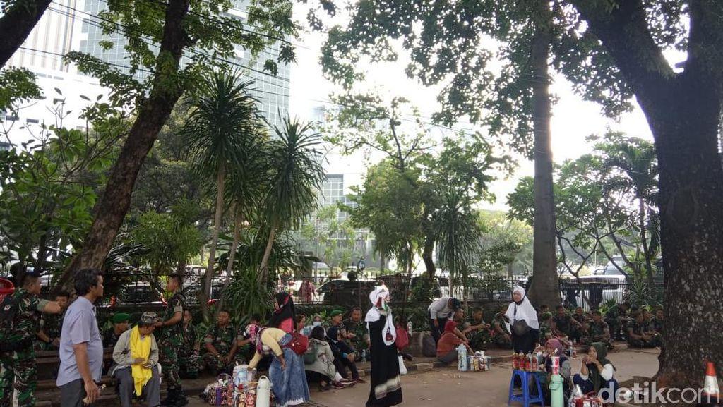 Mengais Rezeki di Tengah Kerumunan Massa MK
